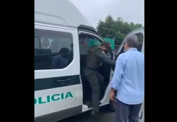 VIDEO: Senador salva a jóvenes de ser agredidos por la policia
