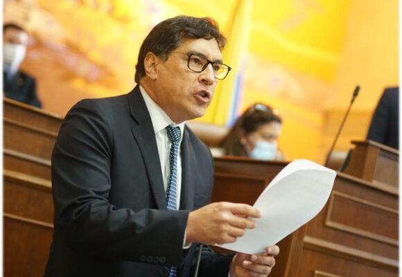 Álvaro Prada siguió los pasos de su jefe Uribe: renuncia para sacarle el cuerpo a la Corte Suprema