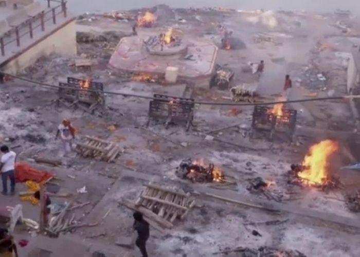 Caos en la India: calles convertidas en crematorios