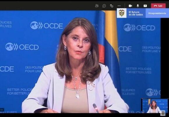 En medio del Paro, la vicepresidenta viajó a París al celebrar la entrada a la OCDE