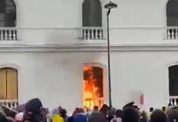 Manifestantes lanzan bombas incendiarias a alcaldía de Popayan. VIDEO