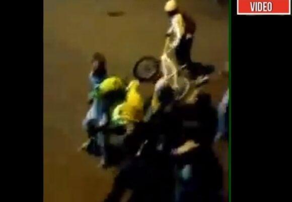 VIDEO: Con gritos desesperados, vecinos salvan a dos policías de ser linchados