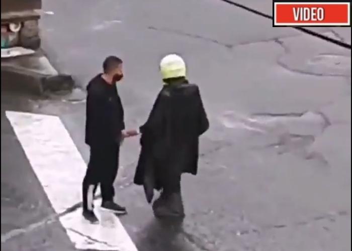 VIDEO: ¿Qué le entregó un policía a manifestante vestido de negro en Tunja?