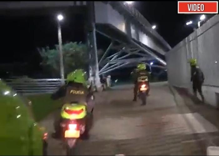 VIDEO: A bala son recibidos policías en Cali tras el retiro de la primera línea