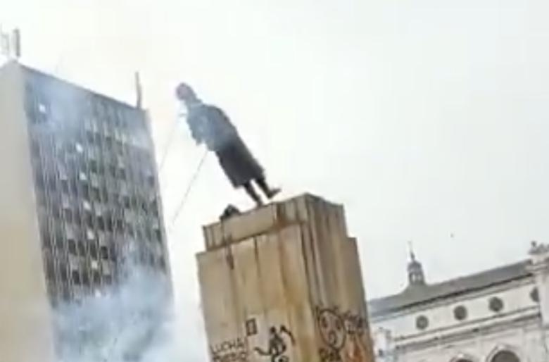 En Pasto derribaron la estatua de Antonio Nariño