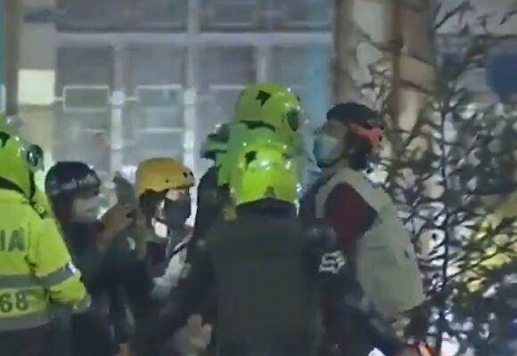VIDEO: Brutal agresión de policías a Defensor de Derechos Humanos en Soacha