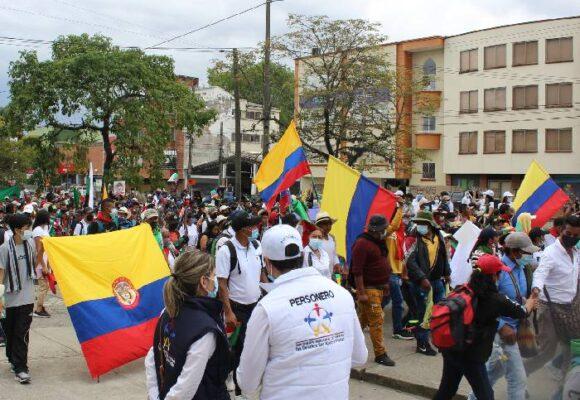 Paro prolongado, abusos policiales, bloqueos y coronavirus asfixian a los colombianos