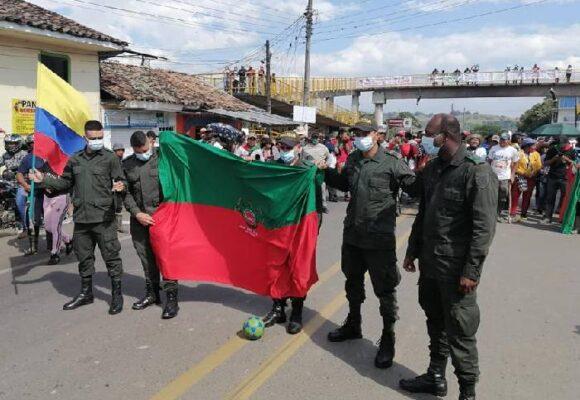 Indígenas y policías se enfrentaron en el Cauca... pero en un partido de fútbol