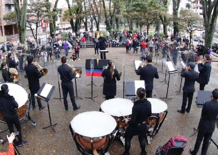 Con música, la OFB salió a la calle para manifestarse por la no violencia