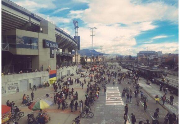 No a la Copa América: los hinchas se reúnen frente al Campín en señal de rechazo al torneo