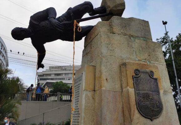 VIDEO: La canción que celebra la caída de las estatuas