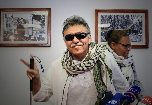 Santrich, admirado por sus tropas y repudiado por la opinión pública