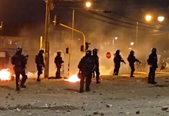 Dan terror: veinte policias atacan y se llevan a periodista en Bogotá
