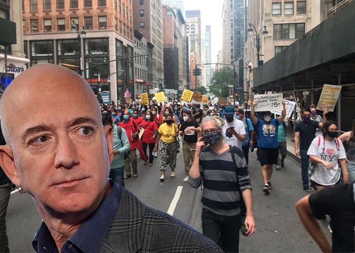 Millonarios protestan frente a la casa de Jeff Bezos exigiendo un impuesto para grandes patrimonios en EE.UU