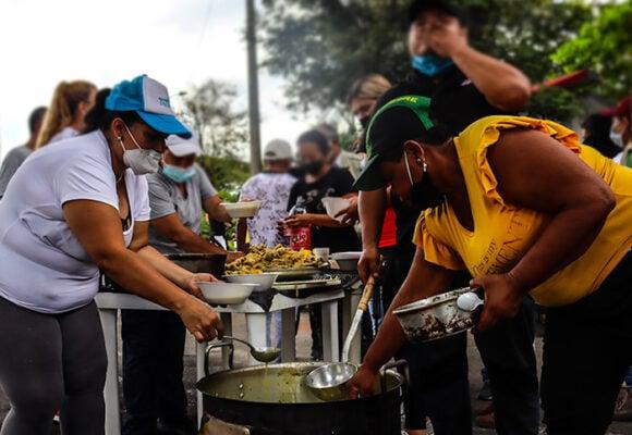 Sancochos comunitarios, un apoyo clave para los grupos de resistencia en Cali