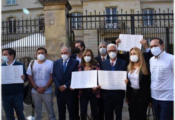 Con los nombres de los 28 muertos en las protestas, la Coalición de la Esperanza se reunió con Duque