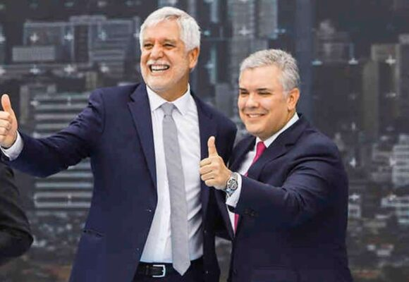 Critican en redes la lambonería de Peñalosa con Duque
