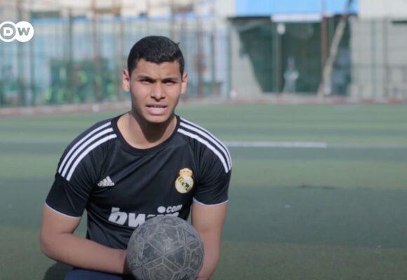 Video: El joven jugador de fútbol que no tiene piernas