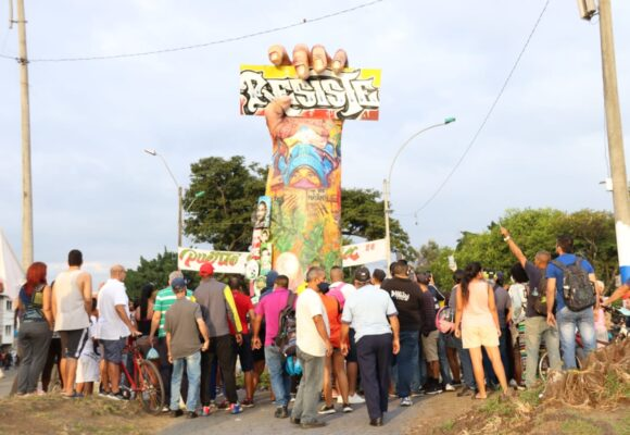 A la fuerza desbloquean Puerto Resistencia pero respetarán el monumento