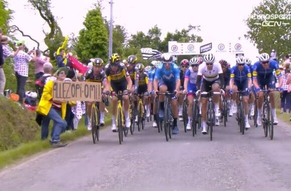 La estupidez de un aficionado provocó una caída masiva en el inicio del Tour de Francia