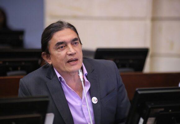 La irresponsabilidad de Gustavo Bolivar: veía el partido de Millonarios durante la plenaria del Senado