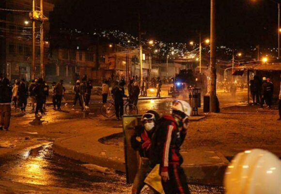 Protestantes saquean funeraria y usan ataúdes de escudo en Bogotá