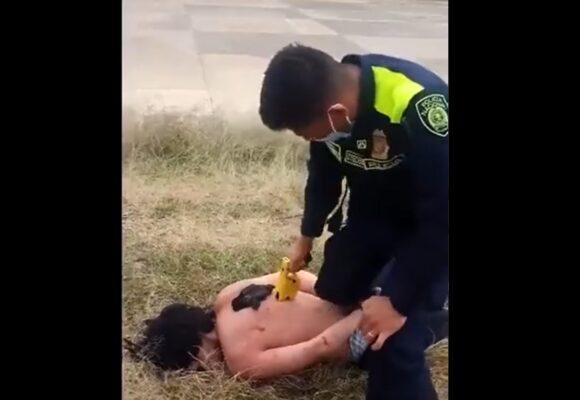 La policia estrena uniforme torturando a colombiano en Villa de Leyva