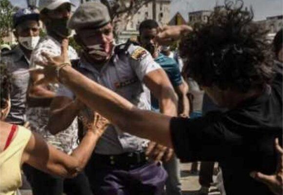 Cuba arresta a al menos 100 manifestantes, mientras culpa a EE. UU. de las protestas