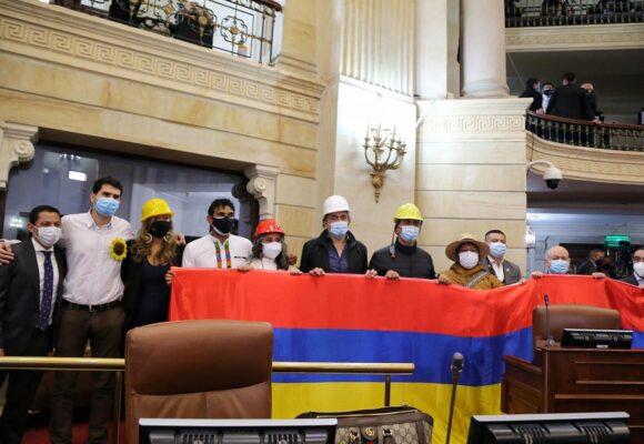 Con cascos y banderas al revés, congresistas de la oposición llevaron la protesta al capitolio