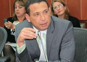 El desprestigiado senador conservador Laureano Acuña terminó de presidente de la Comisión de Ética