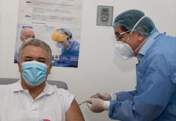 El ministro de Salud, Fernando Ruiz, se puso la bata de médico para vacunar a Duque