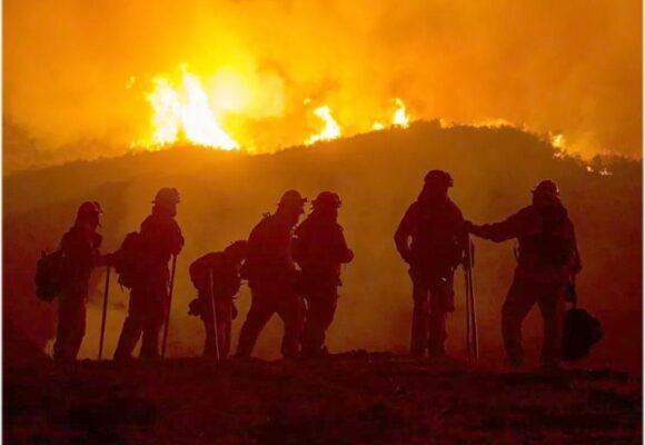 """Bomberos en lucha """"cuerpo a cuerpo"""" contra incendio en isla de Grecia"""