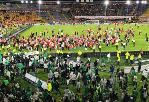 El vergonzoso fútbol colombiano: brutal agresión de hinchas del Nacional a los de Santa Fe