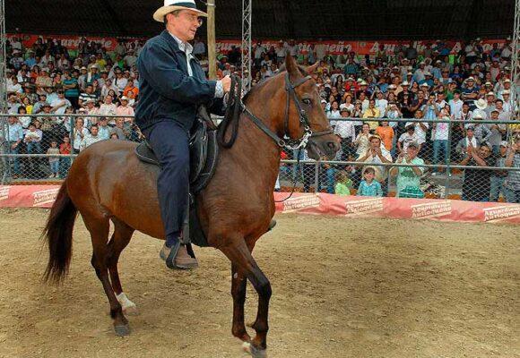 La mano firme de Álvaro Uribe para amansar caballos