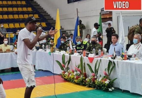 Un furioso rapero le canta la tabla al MinDefensa en Quibdó