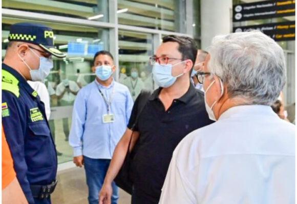 Carlos Caicedo regresa al país con esquema de seguridad pago por la gobernación