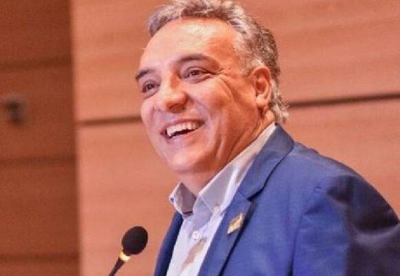 El gobernador de Quindío posa con premios mientras que Calarcá está en coma