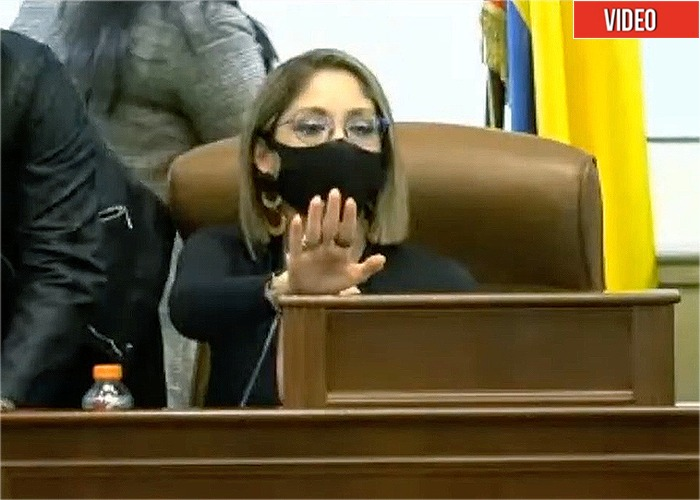 Jennifer Arias, una mandamás grosera y altanera con el reloj