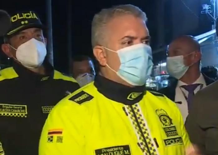 El porqué Duque se viste tanto de Policía