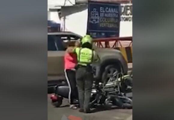 VIDEO: A puño limpio se fueron Policía de Tránsito y conductora de motocicleta