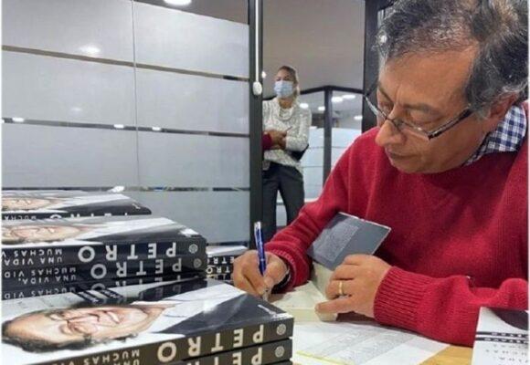Petro engolosinado con su libro, pausa en la política