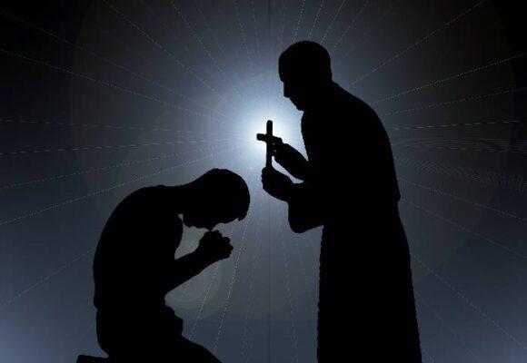 La doble moral de los curas católicos
